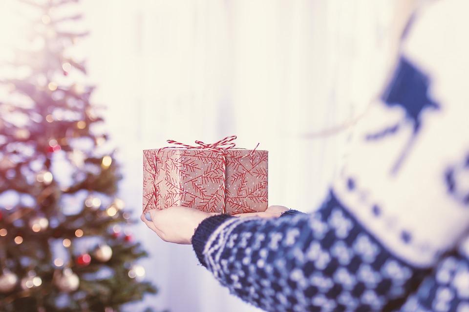 Новогодние подарки прячут под елку