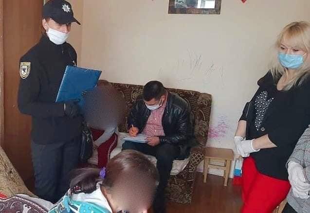 На Прикарпатье горе-мать не кормила детей: малыши из-за голода вызвали полицию