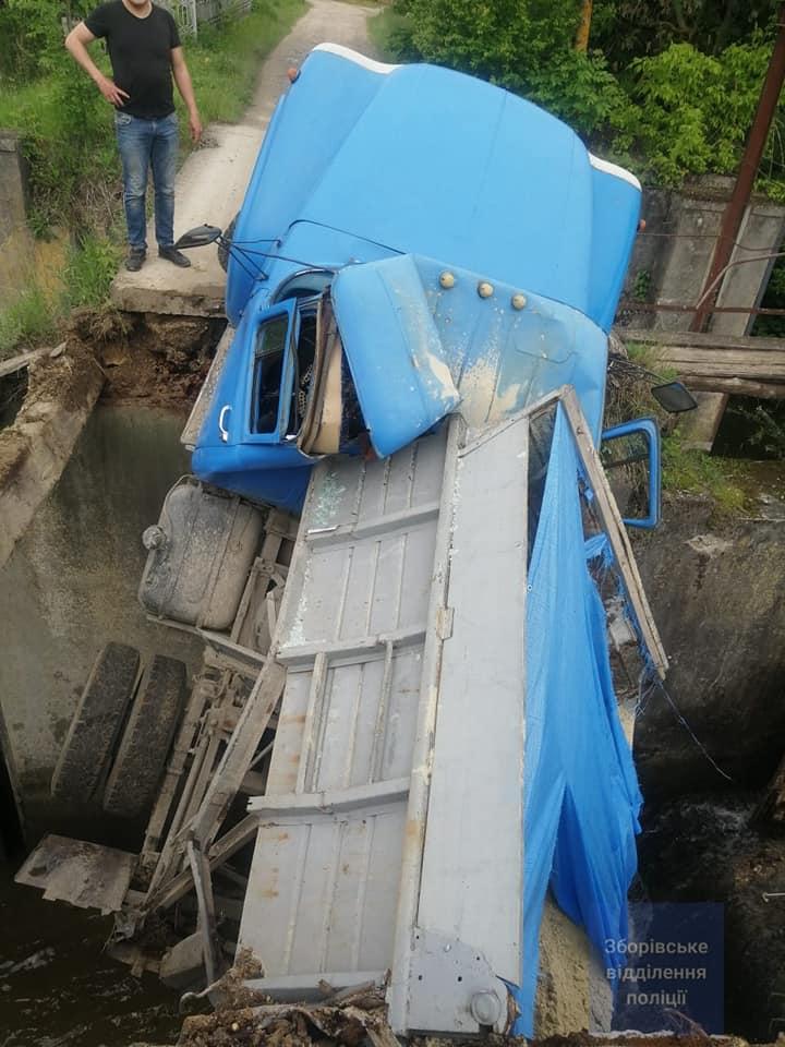 Під Тернополем обвалився міст разом з автомобілем: вантажівка зависла у повітрі