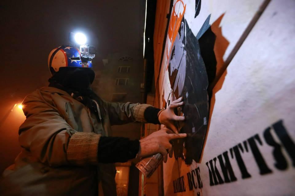 """Соціальний художник Sociopath створює триптих """"Ікони Революції"""". Автор фото Nikita Mekenzin"""