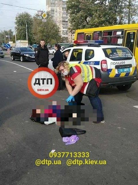 Смертельне ДТП у Києві: маршрутка проїхала на червоне світло і збила трьох пішоходів