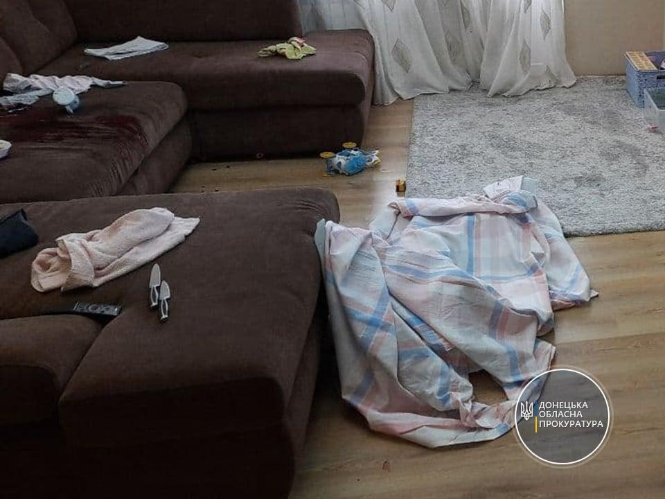 На Донбассе мужчина зарезал 3-летнюю дочку, когда жена вышла из дома