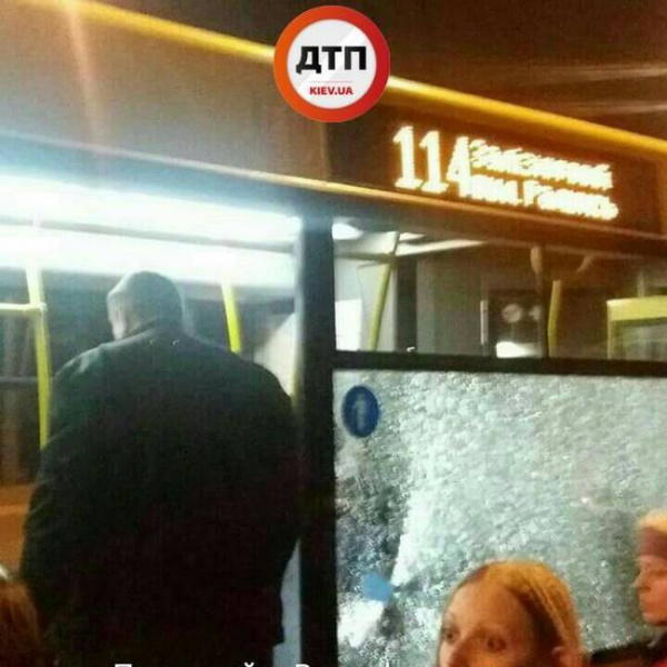 У Києві автобус з пасажирами закидали камінням