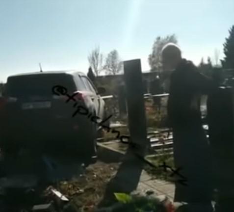 """""""Побойся бога"""": священник на джипе устроил погром на кладбище (видео)"""
