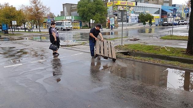 Улицы Бердянска из-за ливней превратились в реки (фото)
