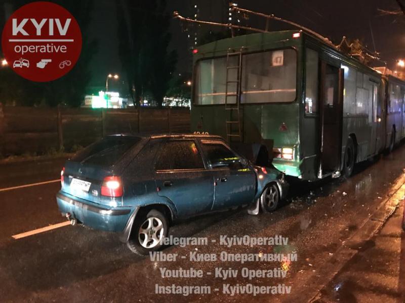 «ЯГройсмана знаю»: УКиєві п'яний водій в'їхав утролейбус