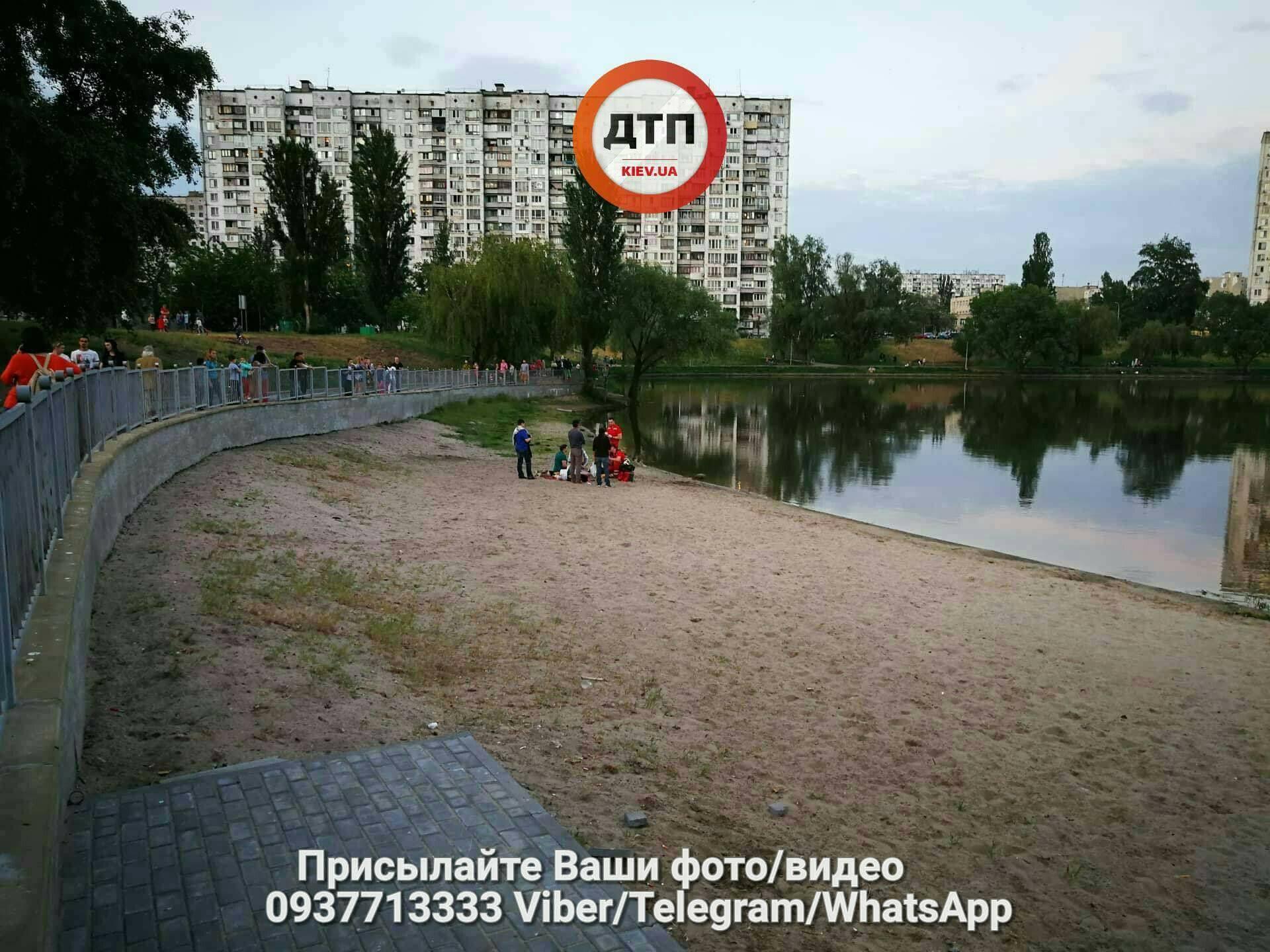 Это провал: вцентре столицы Украины автомобиль неожиданно ушел под землю