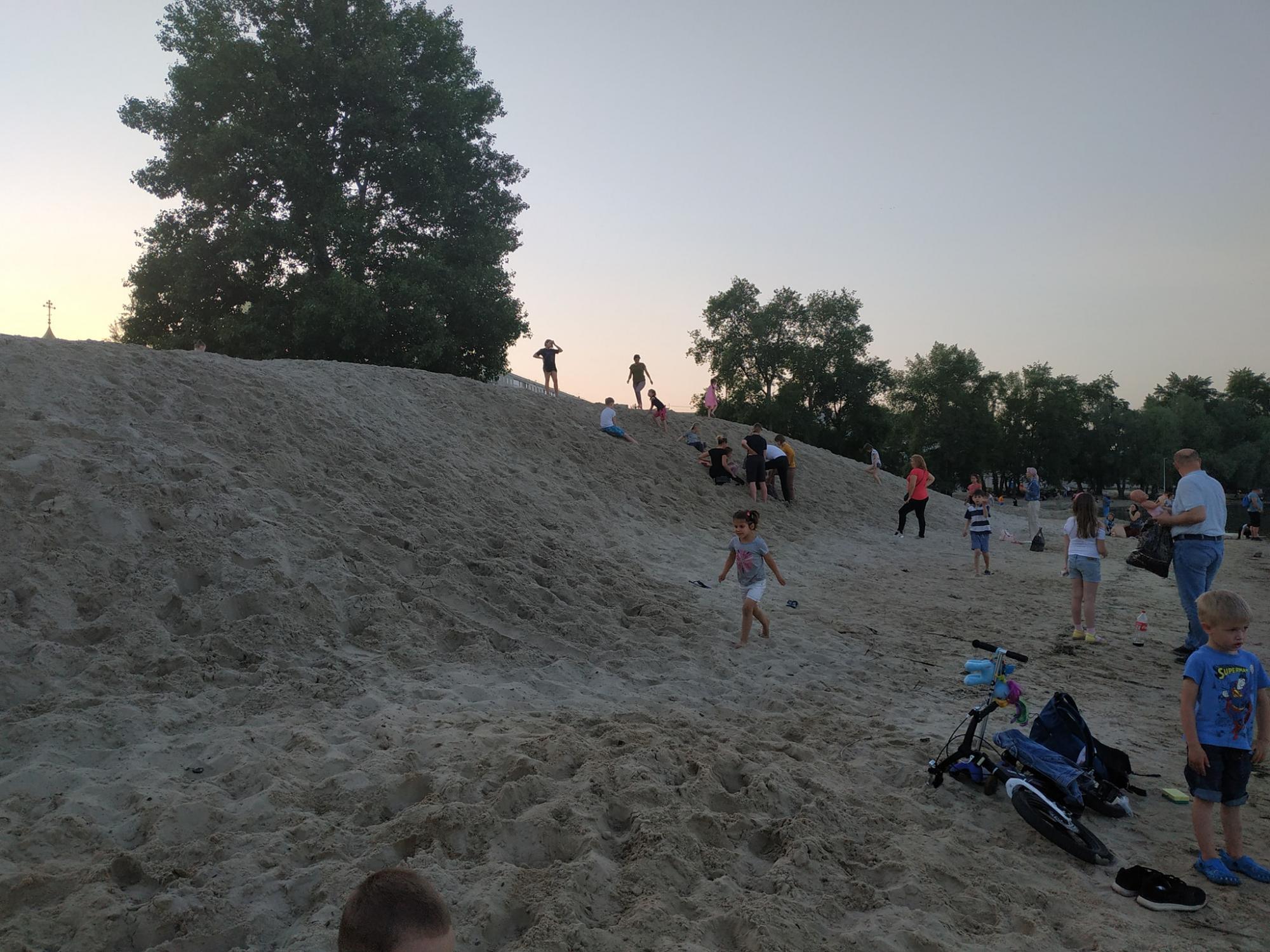 Дивом встигли врятувати: у Києві дівчинку засипало піском під час гри (відео)