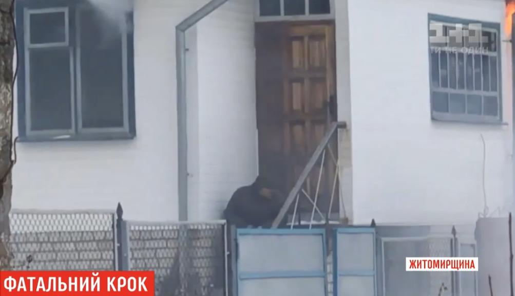 Коллекторы довели? Пенсионер поджог дом и застрелился на глазах у соседей (видео)