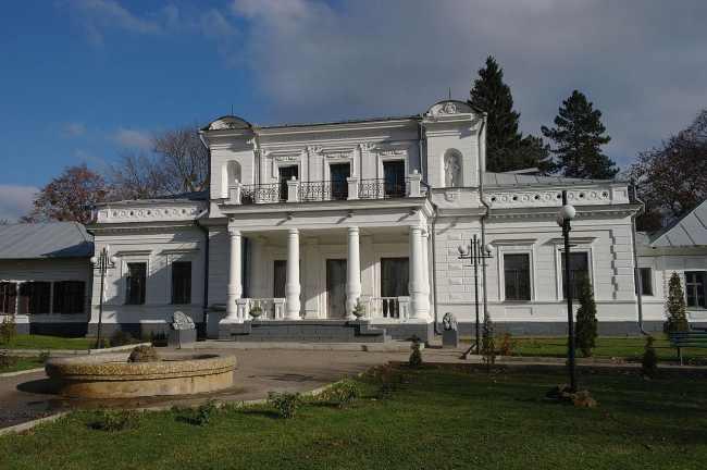 Город, которому повезло: Тростянец удивляет туристов Круглым двором и уникальным дендропарком