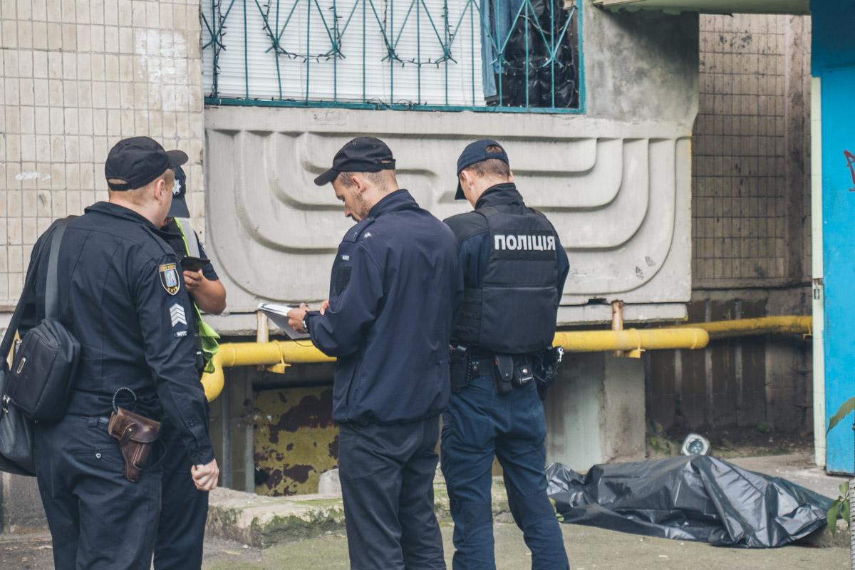 Оставил записку: в Киеве мужчина выпрыгнул с пятого этажа