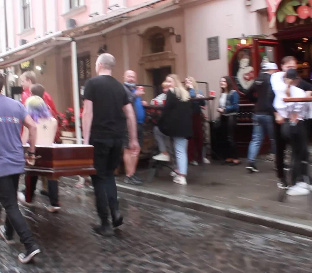 Вулицями Львова в труні носили оголену дівчину. Винна церква?