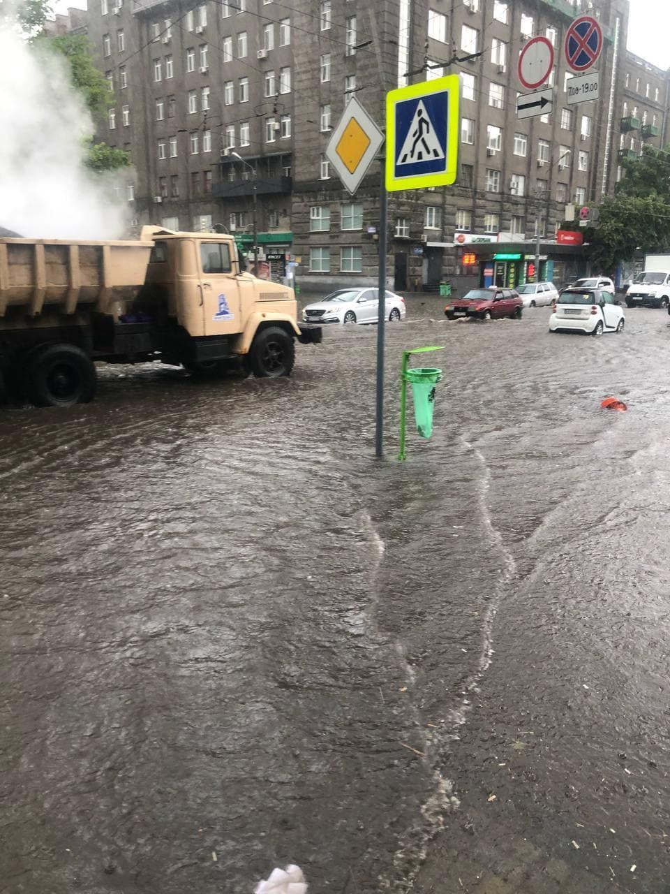 В Харькове дорожники кладут асфальт прямо под ливнем (видео)