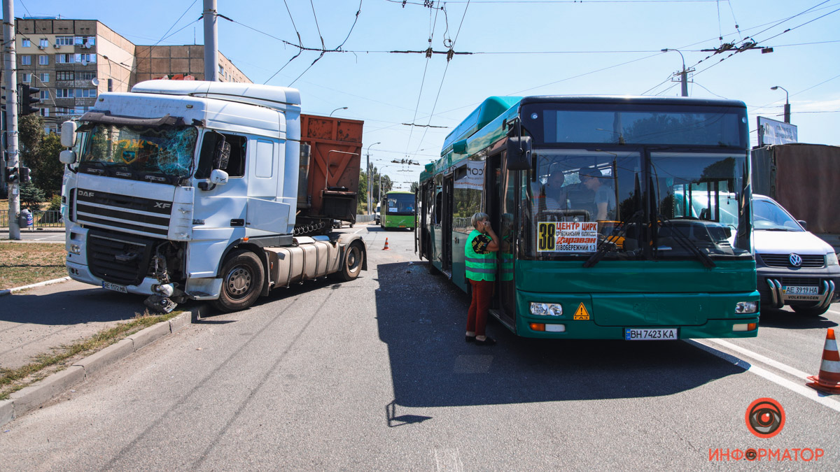 В Днепре фура протаранила рейсовый автобус: госпитализировали 2 пассажиров (видео)