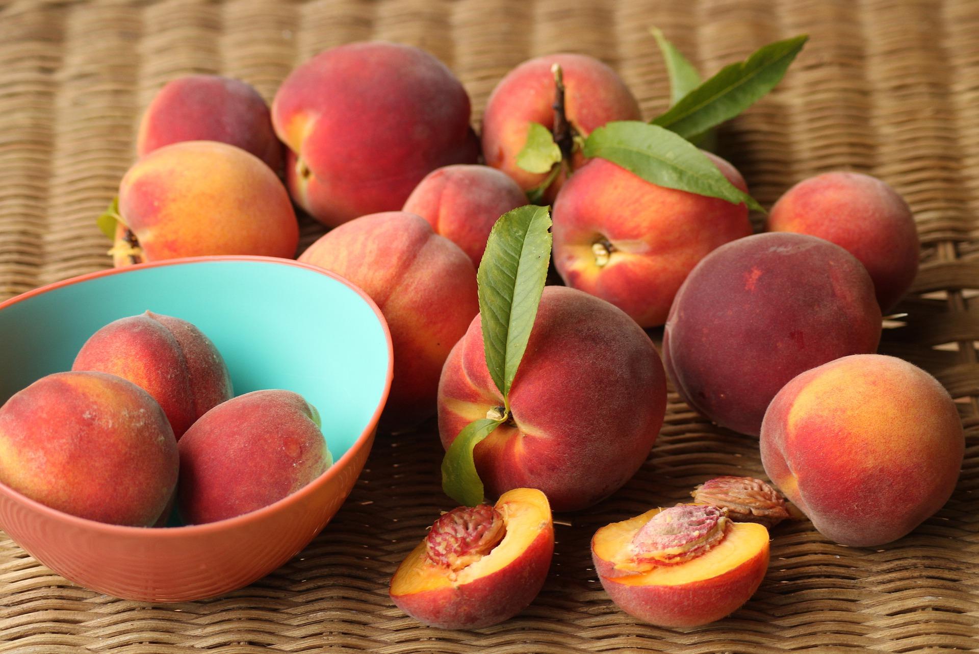 Кому в жодному разі не можна їсти персики: поради фахівців