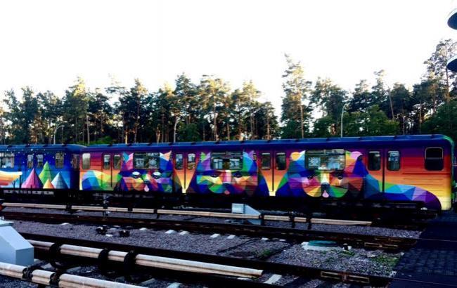 Вкиевском метро появился 2-ой «радужный» поезд, разрисованный испанским живописцем