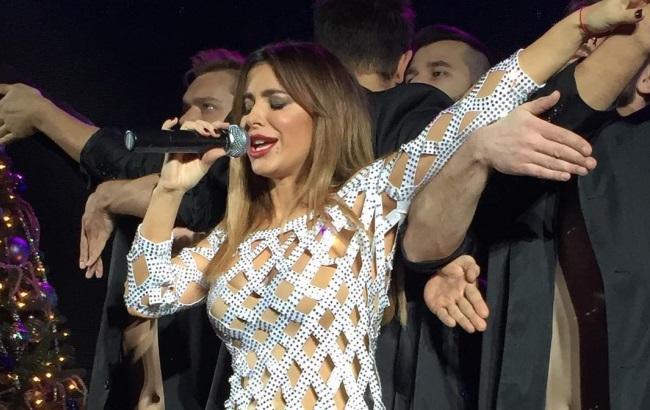 Предательница Ани Лорак выступила в России в жутком «дырявом» платье