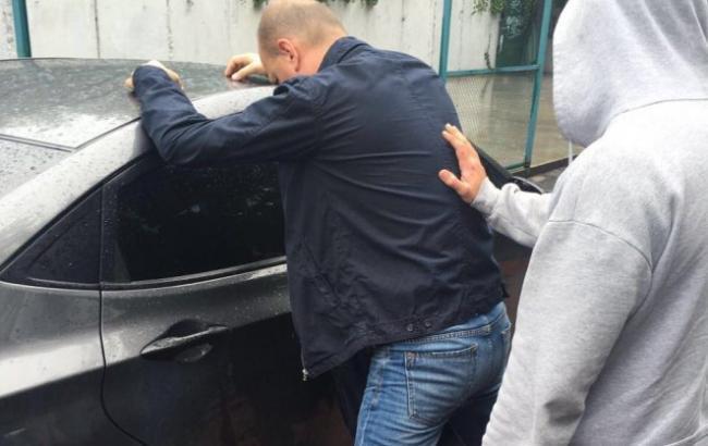 Госслужащего службы АТО поймали навзятке в230 тыс. грн