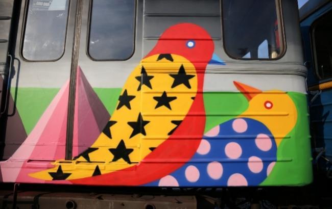 Поезд-мурал пошел зеленой ветке Киевского метрополитена