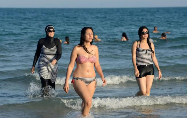 Мусульманку заставили снять «буркини» на береге Ниццы