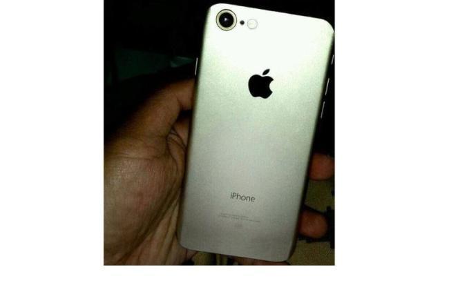 Появилось первое 'живое' фото iPhone 7