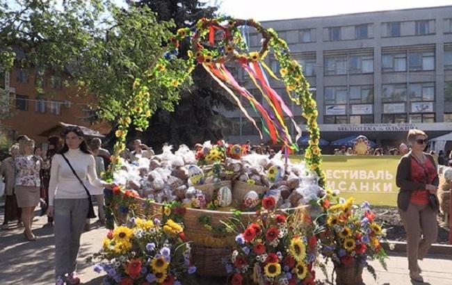 В Житомире освятили огромную пасхальную корзину, которую отправят на Донбасс