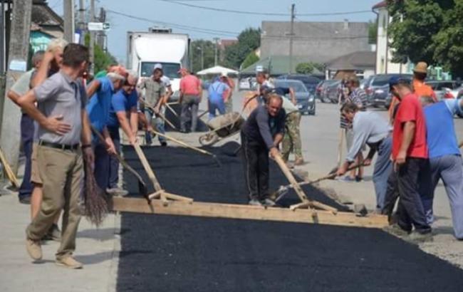 «Так инедождались»: граждане закарпатского села самостоятельно заасфальтировали дороги