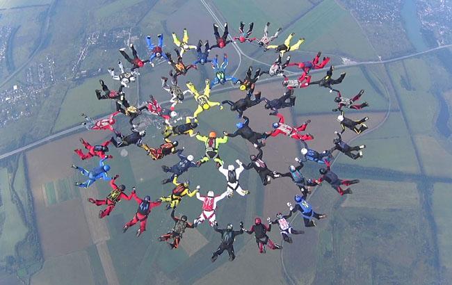 Под Харьковом парашютисты установили рекорд