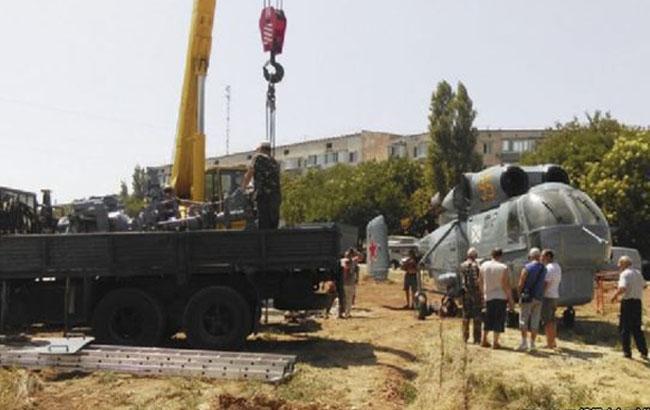 ВКрыму военный вертолет установили напостамент